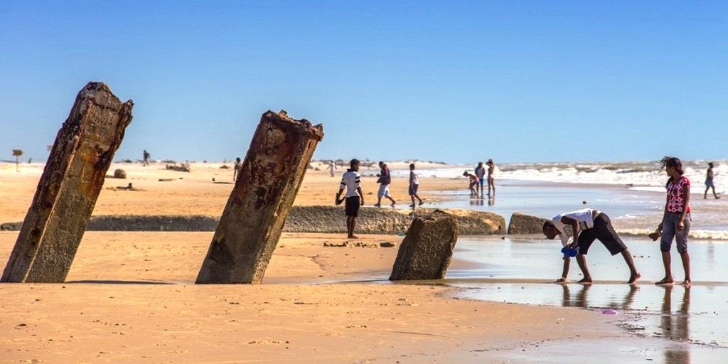 A praia em morondava e o canal de mo ambique 1024x683 1