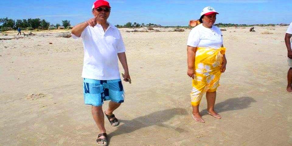 Couple ravalomanana sur la plage de nosy kely