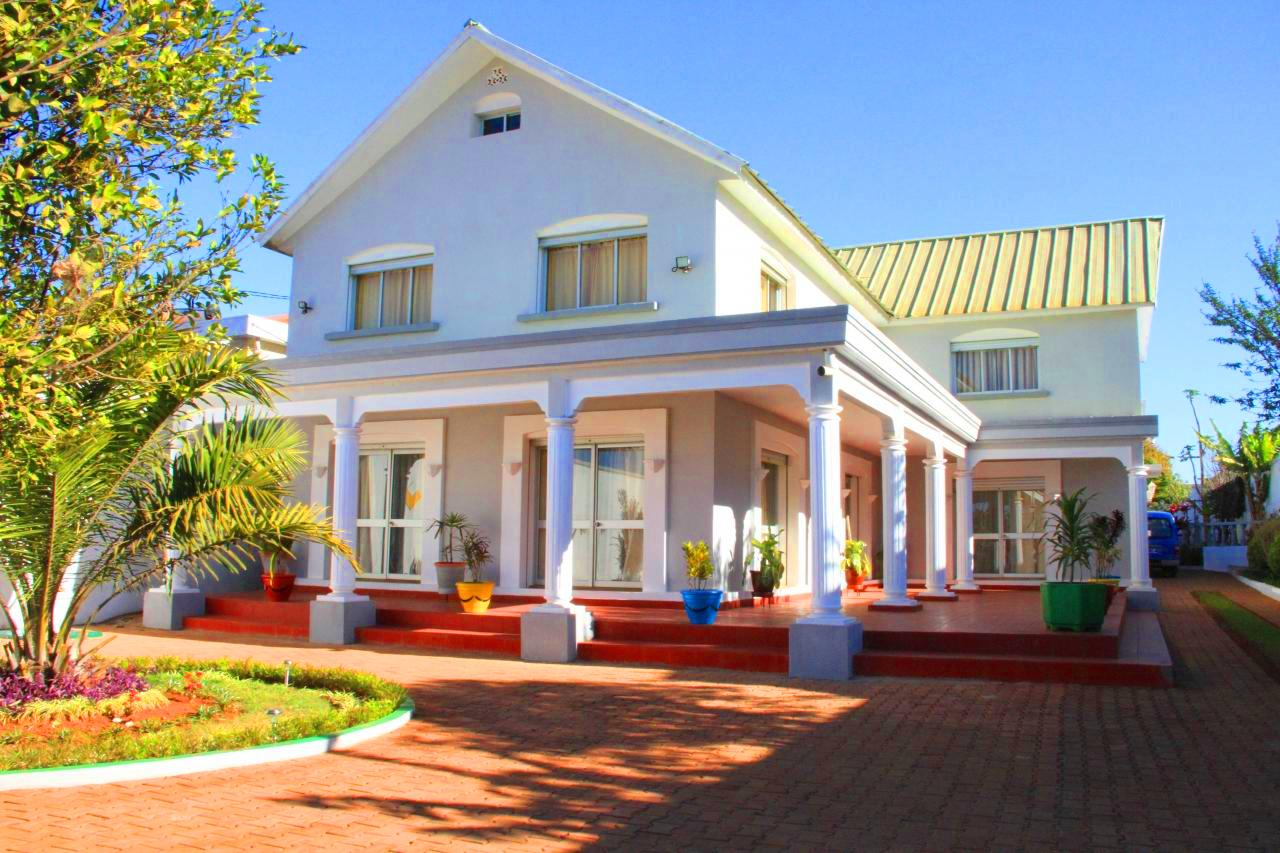 Tananarive location de villa meublee avec piscine for Villa basse moderne