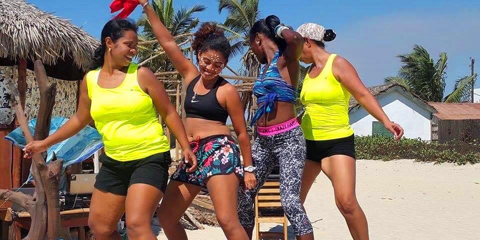 MORONDAVA, AMBIANCE LADIES SUR LA PLAGE